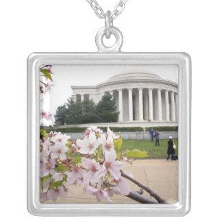 Collier Mémorial de Thomas Jefferson avec des fleurs de