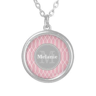 Collier Monogramme moderne rose-clair de gris de motif de
