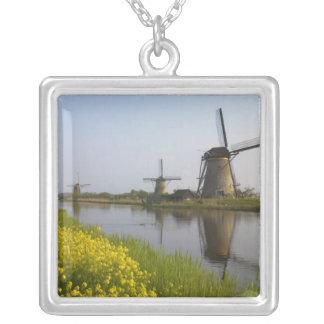 Collier Moulins à vent le long du canal dans Kinderdijk,