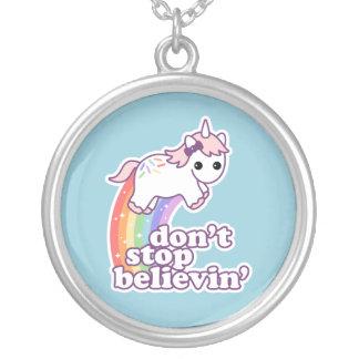 Collier N'arrêtez pas Believin dans les licornes