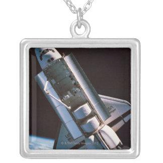 Collier Navette spatiale avec la baie de cargaison ouverte
