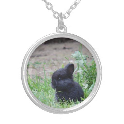Collier noir de charme de lapin de bébé