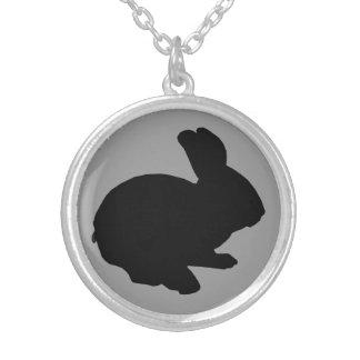 Collier noir de lapin de Pâques de silhouette