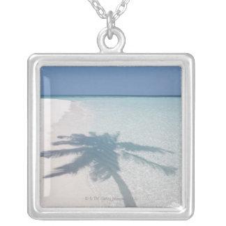 Collier Ombre d'un palmier sur une plage abandonnée d'île