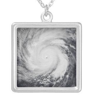 Collier Ouragan Faxai dans l'océan pacifique occidental