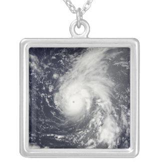 Collier Ouragan Vamco dans l'océan pacifique