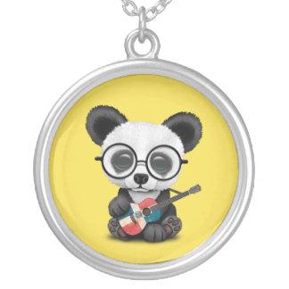 Collier Panda de bébé jouant la guitare dominicaine de