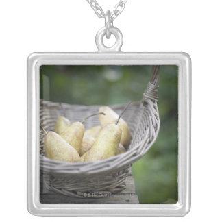 Collier Panier des poires fraîchement sélectionnées