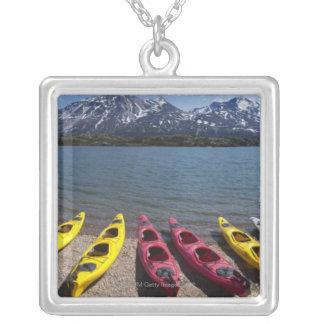 Collier Panorama des kayaks sur le lac Bernard en Alaska 2