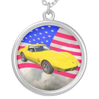Collier Pastenague 1975 de Corvette avec le drapeau