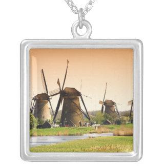 Collier Pays-Bas, Kinderdijk. Moulins à vent à côté de