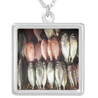 Collier Pêchez au marché, ville de Kalabahi, l'île d'Alor,