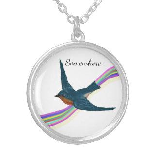 Collier Petit oiseau bleu et arc-en-ciel coloré