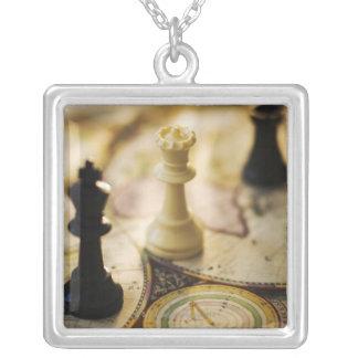 Collier Pièces d'échecs sur la carte de Vieux Monde