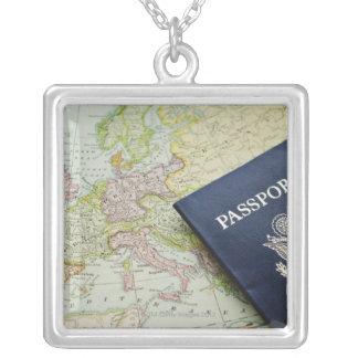 Collier Plan rapproché de passeport se trouvant sur la