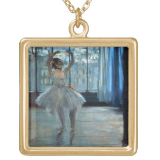 Collier Plaqué Or Danseur d'Edgar Degas | devant une fenêtre