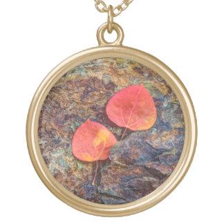 Collier Plaqué Or Feuille d'automne sur la roche, la Californie