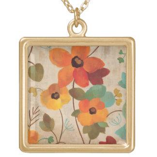 Collier Plaqué Or Fleurs colorées sur un arrière - plan blanc