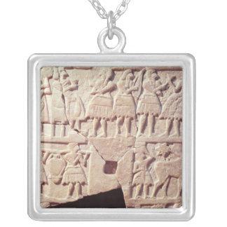 Collier Plaque votive dépeignant une scène de offre