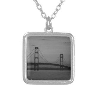 Collier Pont de Mackinac à la gamme de gris de crépuscule