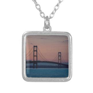 Collier Pont de Mackinac au crépuscule