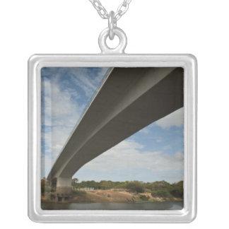 Collier Pont reliant la Guyane au Brésil au-dessus de