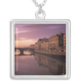 Collier Ponts au-dessus de la rivière de l'Arno au coucher