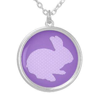 Collier pourpre de lapin de Pâques de silhouette