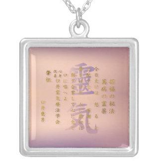 Collier Préceptes de Reiki en or sur le rose en pastel