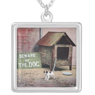 Collier Prenez garde du signe de chien avec le petit chien