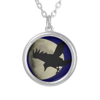 Collier Raven volant à travers la lune