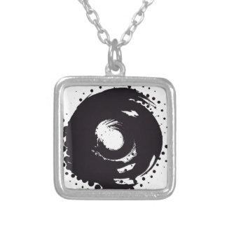 Collier Remous tramé noir et blanc abstrait de pinceau