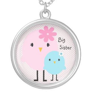 Collier rose de filles d'oiseaux de grande soeur
