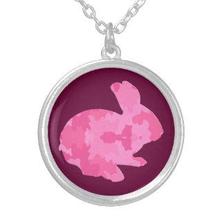 Collier rose de lapin de Pâques de silhouette de