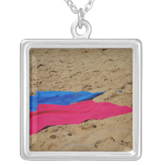 Collier Serviettes colorées sur la plage sablonneuse