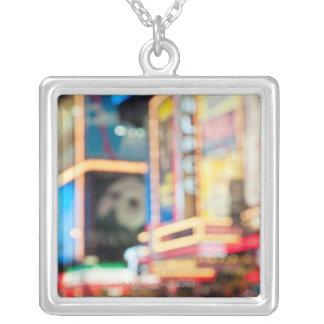 Collier Signez dedans le Times Square