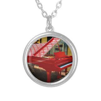 Collier Simplement rouge : piano à queue