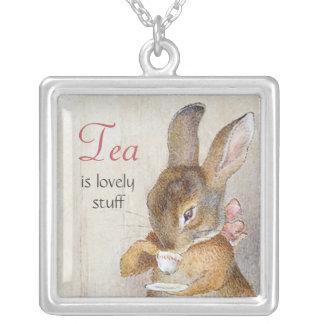 Collier sirotant de thé de petit lapin de Beatrix