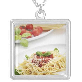 Collier Spaghetti avec la sauce tomate et le basilic
