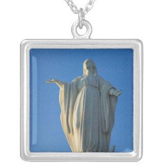Collier statue de 118 pieds de Vierge Marie sur San