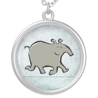 Collier tapir de marche heureux