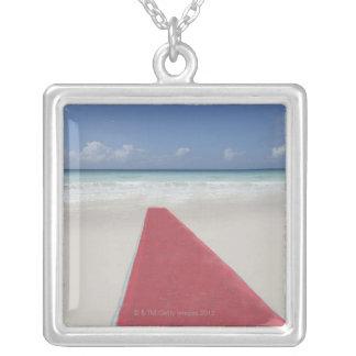 Collier Tapis rouge sur une plage