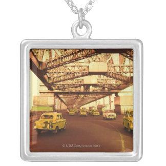 Collier Taxi sur un pont