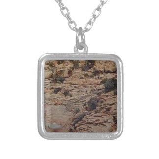 Collier texture blanche de roche