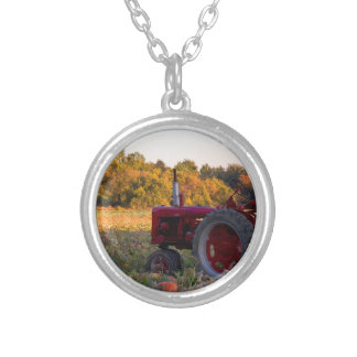 Collier Tracteur dans un domaine de citrouille
