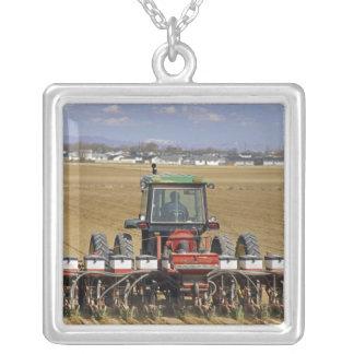 Collier Tracteur tirant un planteur de maïs de graine