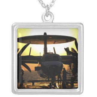 Collier Travail de marins sur un avion d'E-2C Hawkeye