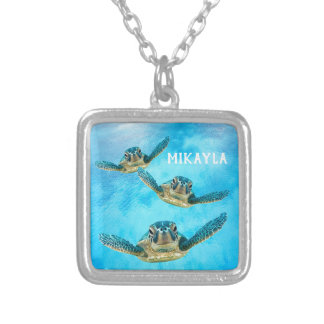 Collier Trois tortues de mer de bébé nageant