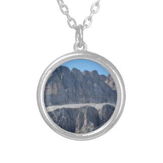 Collier Un de la crête de montagne des dolomites