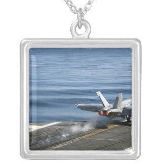 Collier Un frelon superbe de F/A-18E